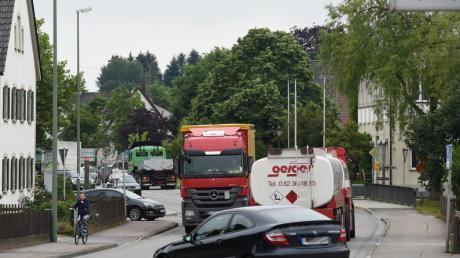 Obwohl Gessertshausen täglich um die 17.000 Fahrzeuge durchquerten, sah das Berliner Ministerium keinen vordringlichen Bedarf für eine Umfahrung.