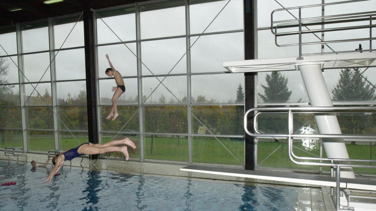 Schwimmbad Stadtbergen stadtbergen die badegäste springen auf das stadtberger hallenbad an