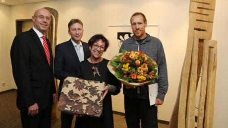 Rainer Hörath (Kreissparkasse) und Bürgermeister Richard Greiner mit den Kunstpreisträgern Brigitte Steininger und Olli Marschall (von links).