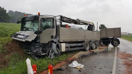 Am frühen Morgen geriet ein Kleintransporter auf der Staatsstraße zwischen Thierhaupten und Sand auf die Gegenfahrbahn und kollidierte mit einem Lastwagen (im Bild). Der 32-Jährige Fahrer des Kleintransporters starb noch an der Unfallstelle, der Zustand des 61-jährigen Beifahrers ist kritisch.