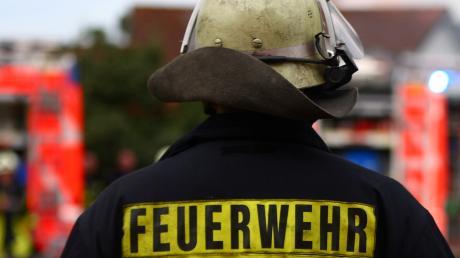 Einen Ölfilm in der Schwarzach binden musste die Feuerwehr.