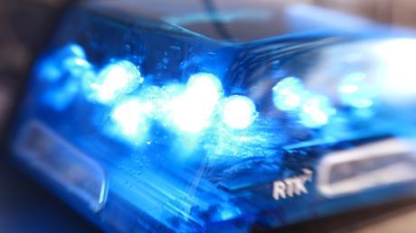 Bei Aretsried wurde ein Hochsitz beschädigt. Die Polizei sucht Zeugen.