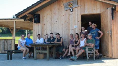Hütte statt Bauwagen: Die Jugendlichen aus Heretsried haben sich einen neuen Treff gebaut.