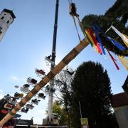 Das Aufstellen eines Maibaums (hier in Schlipsheim) ist im Augsburger Land guter Brauch. Doch in den meisten Orten wird das heuer wegen strenger Corona-Regeln nichts.