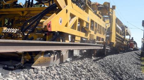 In Gablingen ist die nächsten Tage ein Umbauzug im Einsatz. Die große, laute Maschine tauscht in kurzer Zeit alte Schwellen gegen neue aus.