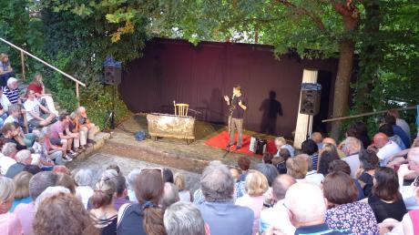 Stürmisch war der Auftritt des Kabarettisten Andreas Rebers in Heretsried. Und das hatte nicht nur mit dem Wetter zu tun.