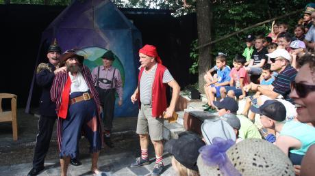 Ganz nah am Geschehen: Große und kleine Besucher fieberten im Griechischen Theater beim Räuber Hotzenplotz mit.