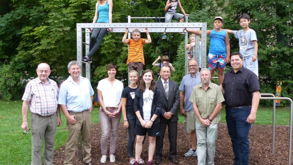 Klettergerüst Edelstahl : Kinder freuen sich über neues klettergerüst in der tagesstätte