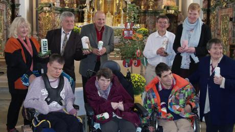 """Beim """"Bewohner-Jubiläum"""" wurden neun langjährige Bewohner der Einrichtung geehrt. Für sie gab es viele gute Wünsche, individuell gestaltete Kerzen, einen Geschenkkorb und natürlich ein Festtagsessen"""