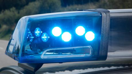 Die Polizei sperrte die Straße zwischen Heretsried und Lauterbrunn nach einem schweren Unfall.