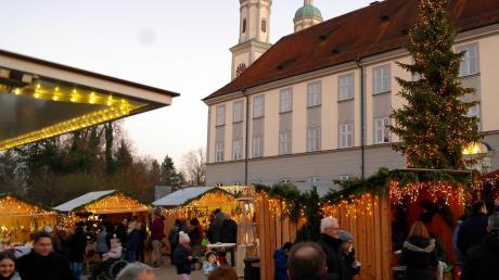 Vor der prächtigen Kulisse des Klosters Holzen findet der Weihnachtsmarkt statt, wo Künstler und Handwerker Schönes und Nützliches anbieten.