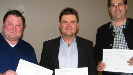 """Die Initiatoren der """"Interessengemeinschaft Lechbrücken"""" freuen sich bei der Gründungsversammlung über die ersten Unterschriften: (von links) Josef Reiter, Robert Michels und Helmut Kienberger."""