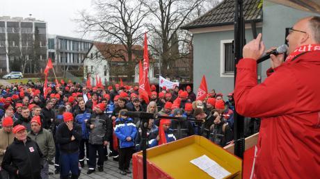 Streik in Meitingen: Vor rund 400 streikenden Mitarbeitern der Firmen SGL Carbon, Brembo SGL und Showa Denko in Meitingen forderte IG-Metall-Beauftragter Michael Leppek sechs Prozent mehr Gehalt für die Beschäftigten.
