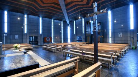 """Eine klare Gliederung und ein klares Raumkonzept: Die Katholische Kirche """"Zum Auferstandenen Herrn"""" an der Riedstraße in Leitershofen unterscheidet sich von älteren Gotteshäusern."""