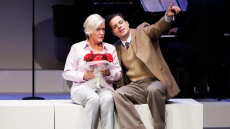 """Musicalstar Angelika Milster, hier mit ihrem Kollegen Tobias Licht, spielt in """"Day by Day"""" die legendäre amerikanische Sängerin Doris Day."""