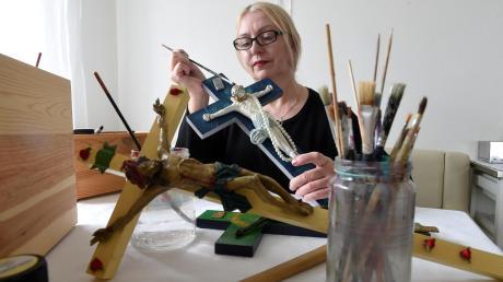 """Lidwina Huber gestaltet alte Kreuze neu. Ihr Anliegen: """"Sie sollen beim Hinschauen als Erstes positive Gefühle wecken."""""""