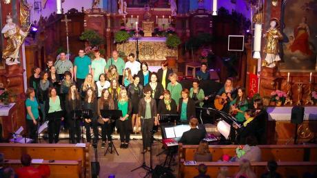 Über 30 Akteure, darunter zahlreiche Jugendliche, präsentierten unter Leitung von Martin Liepert (am Keyboard) moderne geistliche Lieder.