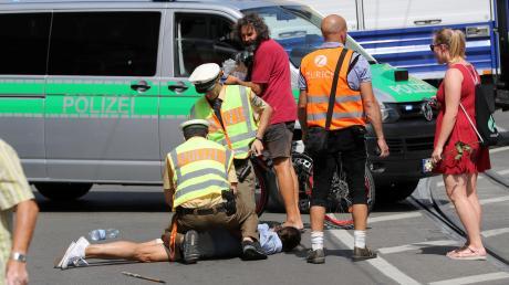 Nach einem Streit fiel der 29-Jährigeauf den Boden und schlug mit dem Gesicht auf dem Asphalt auf.