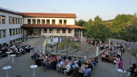 Bei herrlichem Frühsommerwetter feierte die Gemeinde Altenmünster ihr 40-jähriges Bestehen im Atrium der Schule.