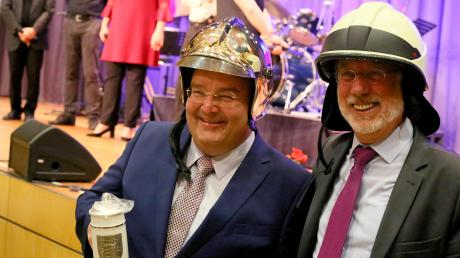 Stadtbergens Bürgermeister Paulus Metz und der Bürgermeister des französischen Brie-Comte-Robert, Jean Laviolette, tauschen in bester Feierlaune Gastgeschenke aus.