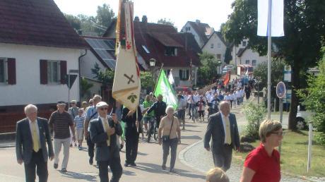 Die Sportler mit ihren Fahnen und Standarten beim Kirchenzug nach Violau.