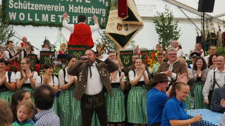 Die Stimmung war auf dem Höhepunkt, als die Fahne der Hattenburgschützen ins Zelt einzog.