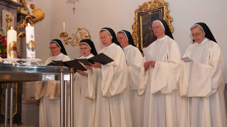 Ein außergewöhnliches Jubiläum: Schwester Theresia Schmidbauer (hintere Reihe von rechts) und die emeritierte Äbtissin Ancilla Betting feierten die goldene beziehungsweise diamantene Profess.