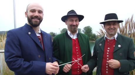 Kreuzten die Dirigentenstäbe nur symbolisch, die Orchesterleiter der Musikvereine Fischach, Siegertshofen und Aretsried: (von links) Robert Sibich, Michael Bob und Thomas Schneider.