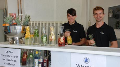 """Tim Schwenk (links) und Peter Jung hatten an ihrer Wasserbar mit allerlei Früchten angereichertes """"Erlebniswasser"""" aus den eigenen Brunnen im (kostenlosen) Angebot."""