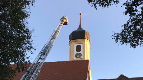 Der Kirchturm ist 42 Meter hoch und eine so lange Drehleiter besitzt keine Feuerwehr weit und breit.