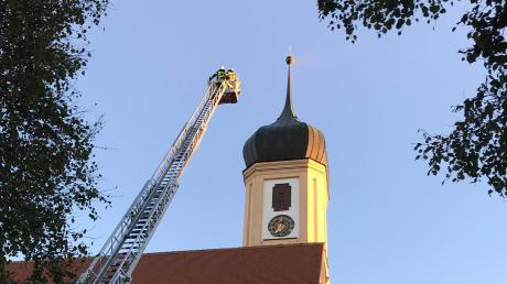 Erst als die Feuerwehrleute sich der Spitze des Kirchturms näherten wurde sichtbar, dass ein Insektenschwarm aussah wie Rauch.