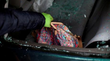 Aus einer Tasche im Auto stahl der Dieb Gegenstände im Wert von rund 50 Euro.(Symbolbild)