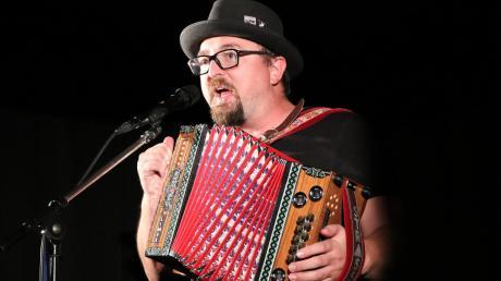 Schwarzer Hut, schwarzes T-Shirt und seine Instrumente - Kabarettist Helmut A. Binser braucht nicht viel.