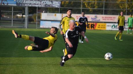 Einen bösen Absturz erlebten Spielertrainer Florian Fischer (links) und der TSV Gersthofen im Spitzenspiel gegen den FC Ehekirchen. Hier zieht Gäste-Torjäger Fabian Scharbatke an Fischer und Okan Yavuz vorbei.