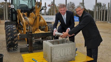 Eine Zeitkapsel mit verschiedenen Dokumenten versenkten der Vorstandsvorsitzende von SGL Carbon, Jürgen Köhler (links) und Furio Rozza, der Geschäftsführer von Brembo SGL Carbon Brakes.