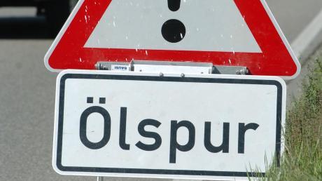 Nach einem Unfall mit einem Stein hat ein Wagen bei Lauingen Öl verloren.