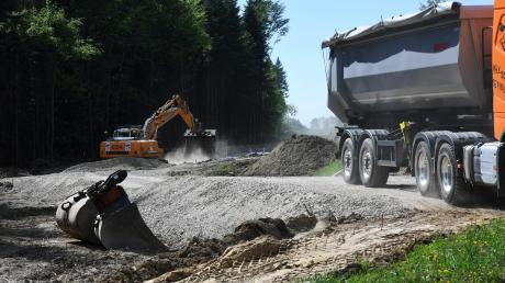 An der Brückenbaustelle in der Nähe der A 8 bei Adelsried ist zwischen dem 31. Oktober und dem 5. November aus insgesamt vier Baufahrzeuge der Diesel abgezapft worden.