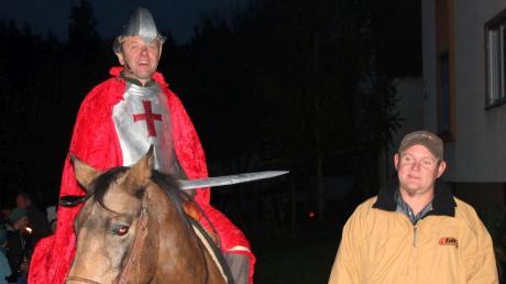 Damit der heilige Martin (Gerhard Heindl) seinen Mantel in Ehingen teilen kann, sind einige Helfer nötig. So stellt Christian Müller (rechts) seit Jahren eines seiner Tiere für den Umzug zur Verfügung.