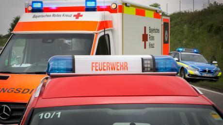 An beiden Fahrzeugen entstand Totalschaden in Höhe von rund 15 000 Euro. Die Straße musste für 90 Minuten komplett gesperrt werden.