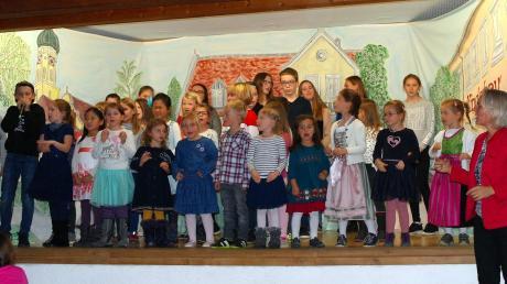 """Beim Jubiläumskonzert präsentierte der Kinderchor der Pfarrei zusammen mit Chorleiterin Elisabeth Havelka (rechts) neben zahlreichen Hits auch das Lied """"Rap-Huhn""""."""