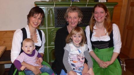 Marion Weiser-Buffy, Hermine Weiser und Nicole Weiser (von links) führen die Dorfwirtschaft Zum Oberen Wirt. Als Kinder spielten sie dort, wo nun der Nachwuchs von Marion Weiser-Buffy durch die Gaststube tobt.