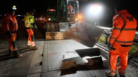Zuerst mussten die beschädigten Stücke aus der Autobahn geschnitten und herausgehoben werden, bevor im Bereich der Anschlussstelle Burgau eine neue, vorgefertigte Fahrbahnplatte montiert werden konnte. Brände wie im Juni bei Jettingen-Scheppach hatten an mehreren Stellen Schäden verursacht.