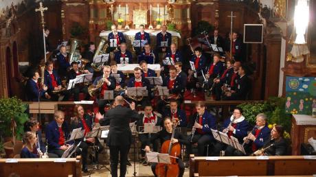 """Beim Cäcilienkonzert der Ehinger Musikanten begeisterte die Kombination von Solo-Cello und 40-köpfigem Blasorchester beim Werk """"Nocturne""""."""