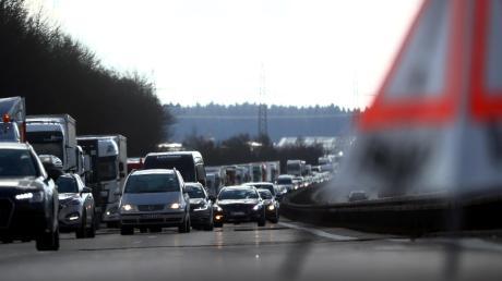 Bei der Ausfahrt Augsburg-West sind am Donnerstagnachmittag drei Autos ineinander gefahren. Zwei Personen wurden leicht verletzt.