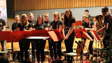 Die Jugendkapelle Altenmünster bei ihrem Tourneeabschlusskonzert mit ihren Abschiedsshirts.