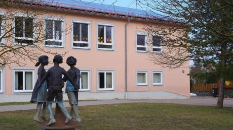 Die Gemeinde Ehingen rüstet sich für die Zukunft und schafft mit dem Dorferneuerungsprojekt ein Gemeindezentrum. Das Bild zeigt den Blick aufs Kinderhaus (ehemalige Schule). Auf der Nordseite wird der Neubau angeschlossen.