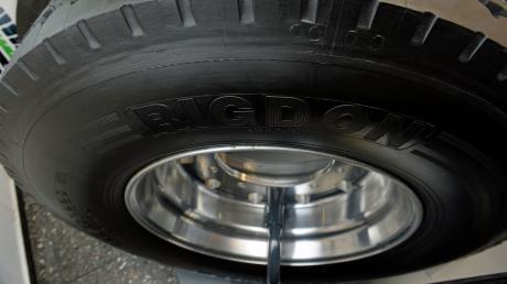Lkw-Reifen müssen einiges aushalten. Doch die Stabilität hat ihre Tücken: In Oberfranken sind sieben Autos mit einem geplatzten Pneu kollidiert. Verletzt wurde zum Glück niemand.