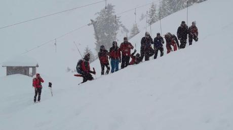 Nach dem Lawinenabgang von Berwang suchten die Bergrettung Berwang und Bichlbach nach Verschütteten. Weiter unterhalb wurden Erwachsene und Kinder der DJK Leitershofen bei einem Skirennen mitgerissen.