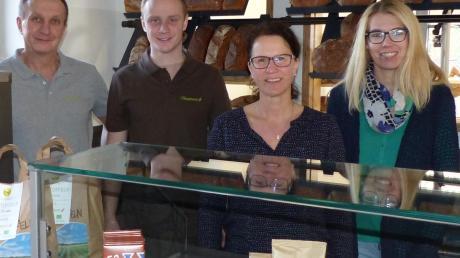 Alfred Hausmann, Philipp Hausmann, Judith Hausmann und Steffi Speer (von links) erwarten ab Donnerstag die ersten Kunden im Hofladen in Ehingen.