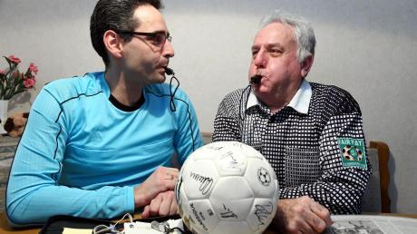 Insgesamt fast 75 Dienstjahre als Schiedsrichter haben Erich Bschorr (rechts) und sein Sohn Wolfgang auf dem Buckel. Dabei haben die beiden Bonstetter über 4000 Spiele geleitet.